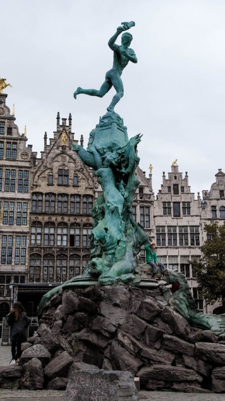 Markplatz mit Brunnen in Antwerpen