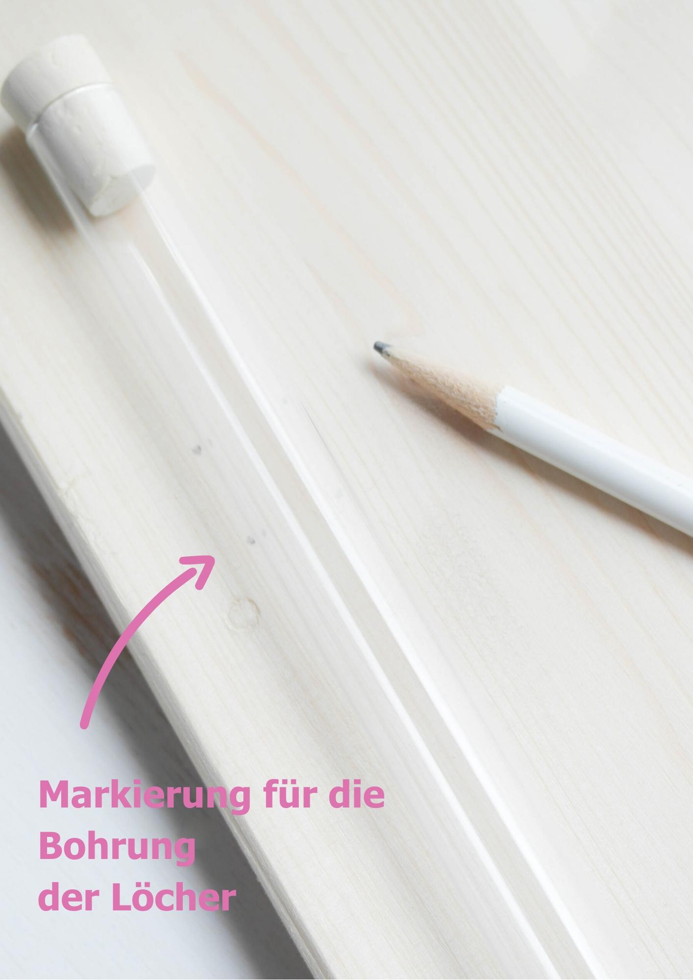 Markierung für Bohrung auf Holz anzeichnen