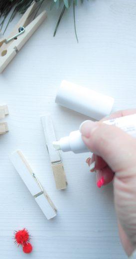 Wäscheklammern werden mit Kreativmarkern weiß angemalt