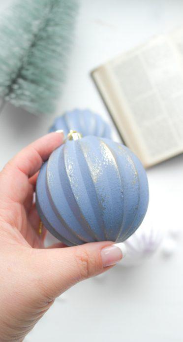 bemalte Weihnachtskugel in graublau mit Goldschimmer