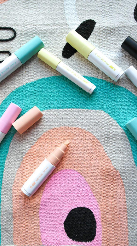 Ausmalen der Muster auf dem Teppich Sortsö mit dem Pintor Kreativmakern