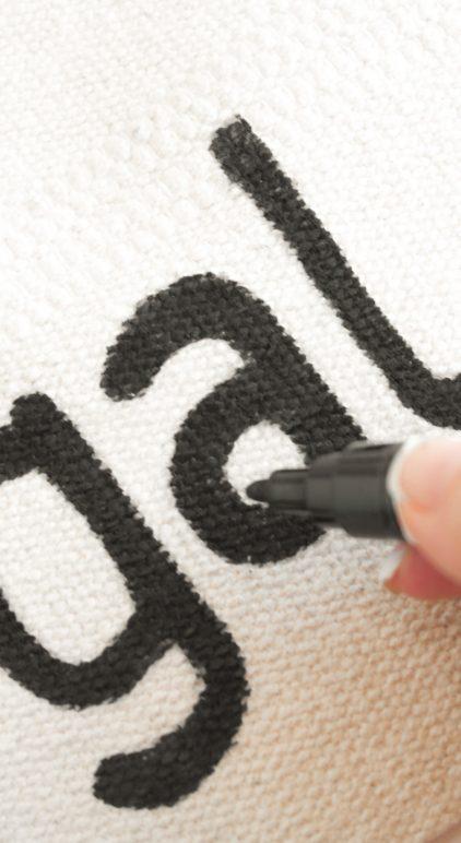 Buchstaben werden mit den Pintor Kreativmarkern auf den Teppich Sortsö von Ikea gemalt