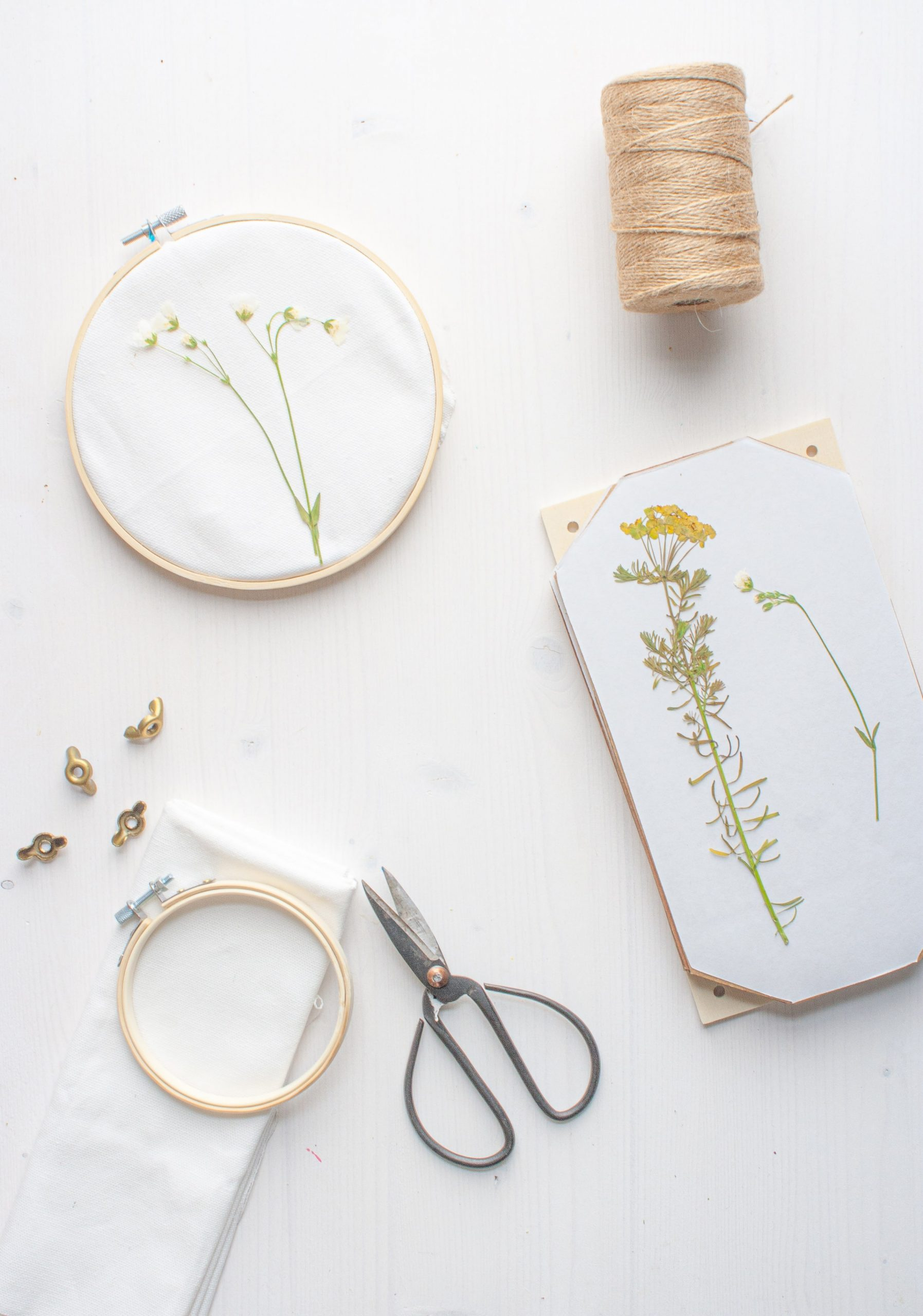 Stickrahmen mit Trockenblumen