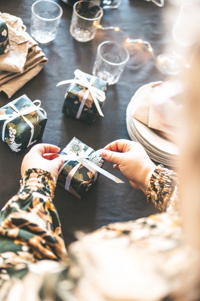 Geschenke verpacken an Weihnachten