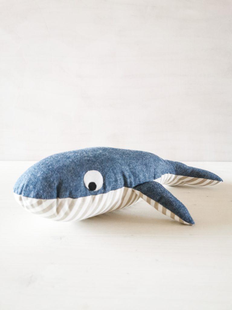 Geschenkidee für Kinder - Kirschkernkissen, Scheibenputzer oder Kuscheltier nähe dir Eckberd den Wal mit meinem Schnittmuster.