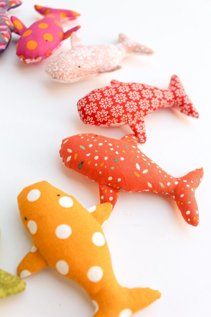 Das Schnittmuster verkleinern und kleine Wale aus Stoffresten nähen.