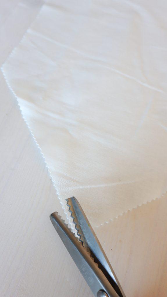 Stoff mit Zackenschere schneiden